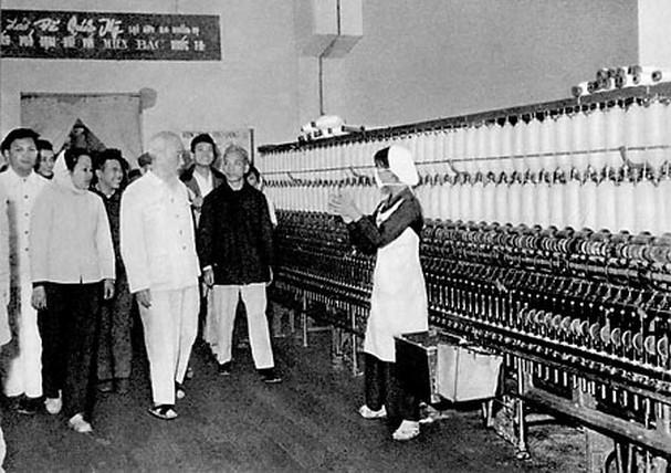 Chủ tịch Hồ Chí Minh thăm Nhà máy dệt 8-3 (1965)