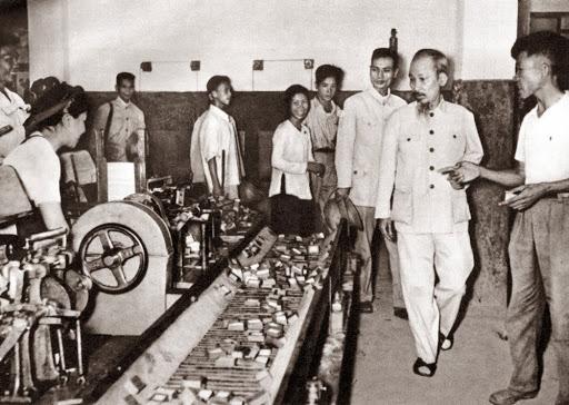Chủ tịch Hồ Chí Minh thăm nhà máy diêm Thống Nhất trong những ngày đầu khôi phục kinh tế (1956)