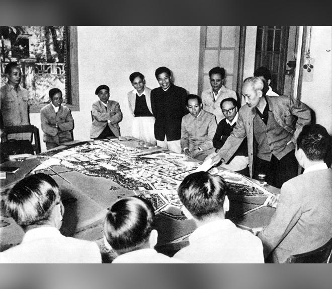 Xem hình mẫu xây dựng Thủ đô Hà Nội, Chủ tịch Hồ Chí Minh dặn dò về vấn đề nhà ở của nhân dân lao động (1959)